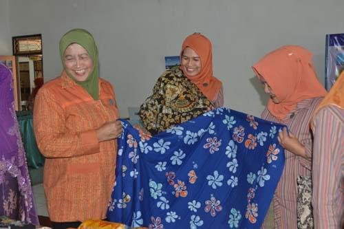 Wakil Ketua TP PKK Provinsi Jawa Tengah Ny. Sudarli Heru Sudjatmoko Apresiasi pengembangan Batik Tulis Purbalingga3