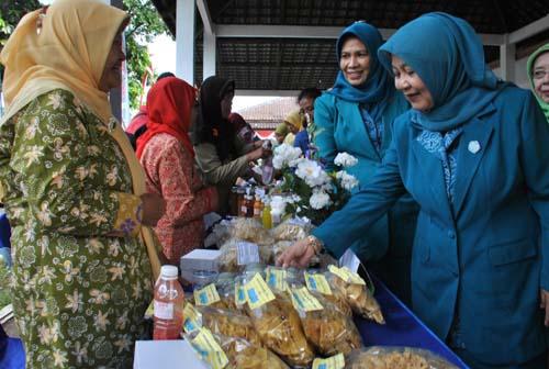 Ketua TP PKK Kabupaten Purbalingga Ny Erna Sukento melihat-lihat aneka kerajinan tangan buatan para ibu-ibu organisasi wanita dan kelompok UPPKS Kabupaten Purbalingga (2)