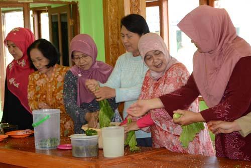 Wakil Ketua I TP PKK Kabupaten Purbalingga Ny Erna Sukento mengamati praktek pembuatan Coctail Welok dan Asinan Sawi1