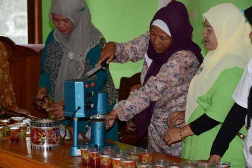 Wakil Ketua I TP PKK Kabupaten Purbalingga Ny Erna Sukento mengamati praktek pembuatan Coctail Welok dan Asinan Sawi6