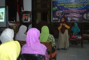 Mia di depan para peserta seminar